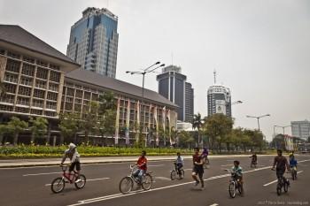 Coureur rue deserte centre Jakarta Java Indonesie