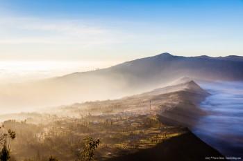 Lever de soleil et brume sur Bromo Java Indonesie