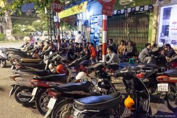 Scooters et soirée animée, Hanoï, Vietnam