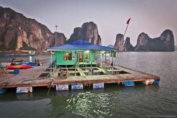 Village flottant sur la baie d'Halong, Vietnam