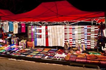 Stand de tissus, marché de Luang Prabang, Laos