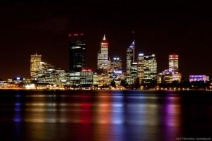 Perth de nuit de l'autre côté de la Swan River