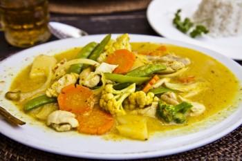 Curry poulet legumes Bali Indonesie