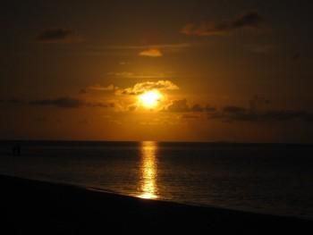 Coucher de soleil sur la plage, Meemu atoll, Maldives