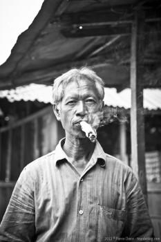 Vieil homme fumant, Borobudur, Java, Indonesie