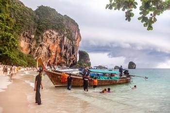 Bateau et plage Railey Bay ouest Thailande