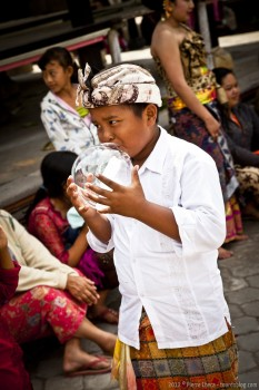 Dans sa bulle ceremonie balinaise Gunung Batur Bali Indonesie