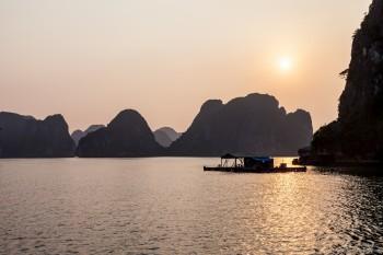 Coucher de soleil, baie d'Halong, Vietnam
