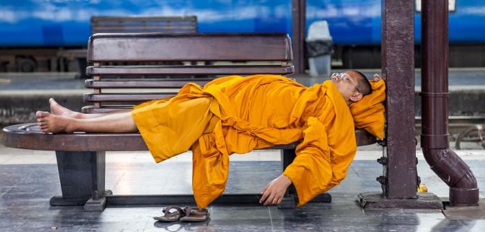 Moine bouddhiste dormant à la gare de Bangkok, Thaïlande