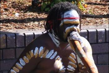 Un aborigène jouant du didjeridoo
