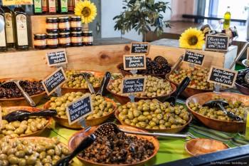 Stand d'olives, marché de Nouméa