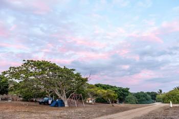Le camping de Poé au coucher du soleil